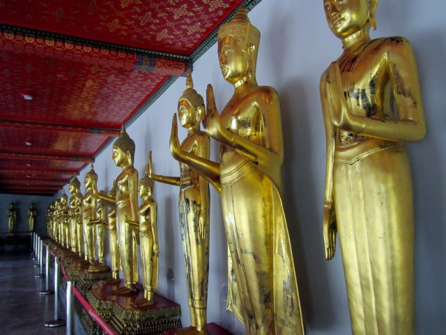 the many statues of the buddha